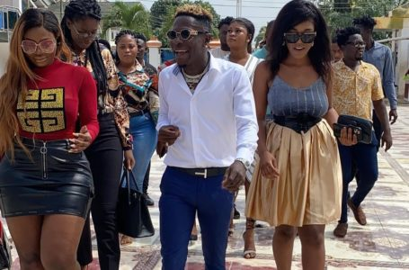 Grand Entry! Shatta Wale Storms The Studio Of Zylofon FM With 'Heavy' SM Ladies – PHOTOS