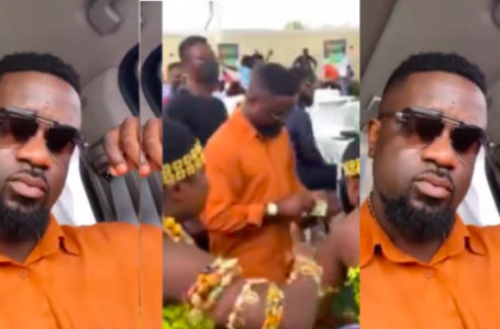 VIDEO: Sarkodie Finally K!llz Being 'Stingy' Tag As He Splashes Money On Dancers In Public